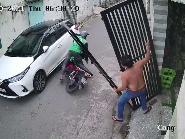 Video : Watch: Lucky Scooterist Avoids Falling Gate