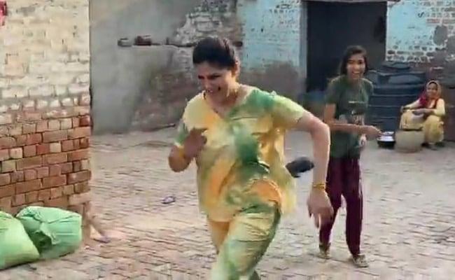 Sapna Choudhary Playing With Children In Village Latest Video Goes Viral On Social Media – Sapna Choudhary ने घर के आंगन में खेला ऐसा अनोखा गेम, जमकर चले जूते-चप्पल