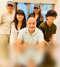 Anupam Kher Meets 'Dhadkan' Co-Star Mahima Chaudhry And Her Family. Pics