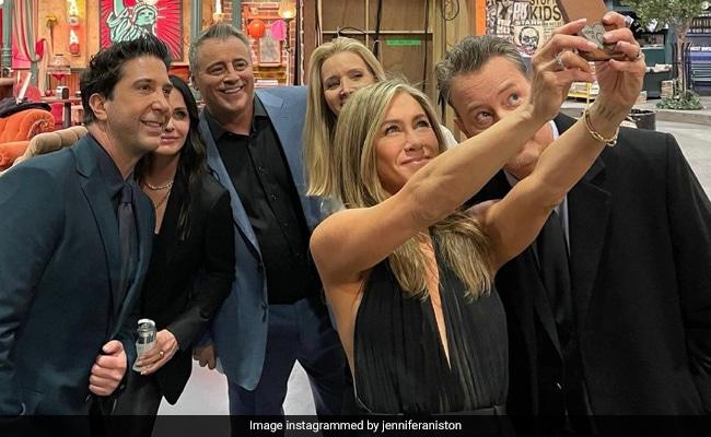 The F.R.I.E.N.D.S Reunion Summed Up In This 'Bazillionth Selfie' From Jennifer Aniston's Camera Roll