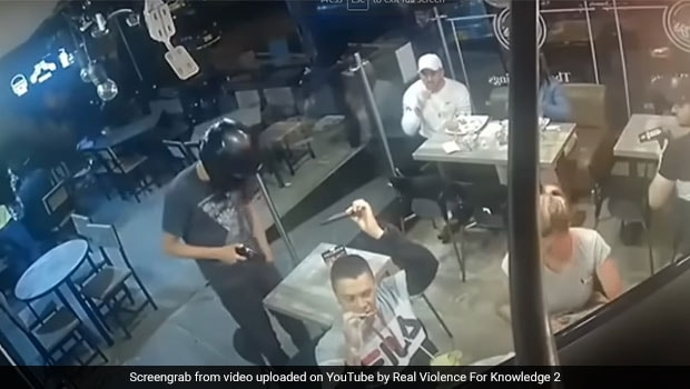 Man Eats Chicken Wings While Restaurant Gets Robbed; Watch Epic Viral Video
