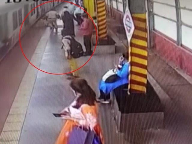 Video : Watch: Hero Railway Cop Saves Passenger's Life