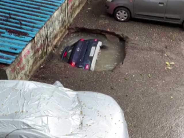 Video : Watch: A Day After, Crane Pulls Out Car That Drowned In Mumbai Sinkhole