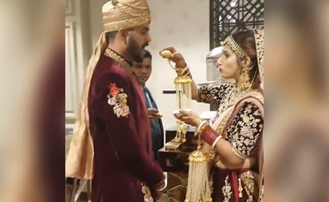 """शादी में दूल्हा को गोलगप्पे खिला रही थी दुल्हन, लेकिन फिर कर दिया कुछ ऐसा, लोग बोले-""""यह अत्याचार है""""- देखें VIDEO"""