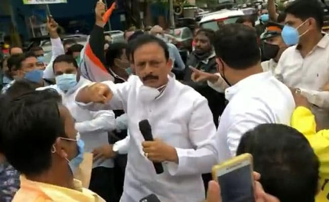 मुंबई कांग्रेस, अध्यक्ष समेत दर्जनों कार्यकर्ताओं के खिलाफ केस दर्ज