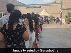 Mall के बाहर सामान लेने के लिए लंबी लाइन में खड़े थे लोग, IPS बोला- 'जान जाए बस Sale ना जाए'