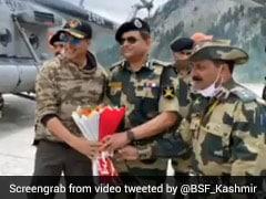 जवानों से मिलने कश्मीर पहुंचे Akshay Kumar, शहीदों की दी श्रद्धांजलि- देखें Photos और Video