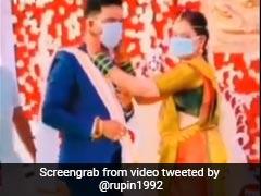 शादी में दूल्हा-दुल्हन ने वरमाला की जगह एक-दूसरे को पहनाया Mask, लोग बोले- New Style of Indian Weddings  - देखें Video
