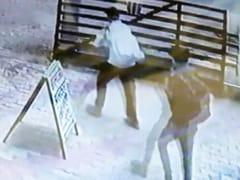 बिहार : हाजीपुर में लुटेरों ने दिनदहाड़े लूट लिया बैंक, CCTV में कैद हुई वारदात