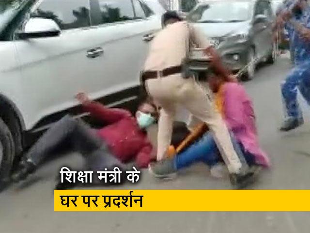 Videos : बिहार: STET उम्मीदवारों का प्रदर्शन, पुलिस ने किया लाठीचार्ज