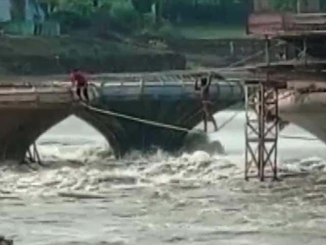 Video : Watch: People Rescue Themselves Walking on Rope After Water Rises In River