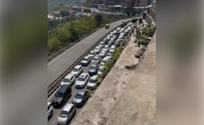 हिमाचल में प्रवेश करने के लिए सैकड़ों कारों की लगी कतार, भारी ट्रैफिक जाम का वीडियो वायरल