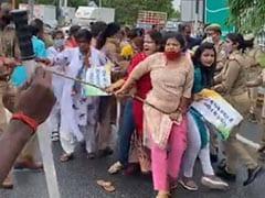 योगी के आवास पर कांग्रेस कार्यकर्ताओं का विरोध प्रदर्शन, पार्टी का आरोप - महिला कार्यकर्ताओं से पुलिसकर्मियों ने की मारपीट
