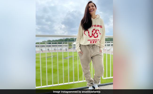 Photo of As Rain Pours Over In England, Anushka Sharma Enjoys An English Breakfast (See Pic)