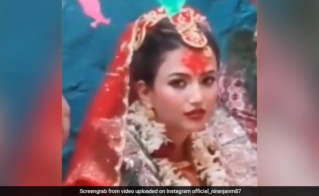 शादी के बीच दूल्हे के साथ बैठी दुल्हन ने कैमरे की ओर देखकर किए ऐसे इशारे, देखकर चौंक जाएंगे आप - देखें Video