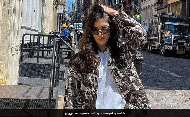 Now We Know Who 'Patiently Edits' Shanaya Kapoor's Fabulous Photos
