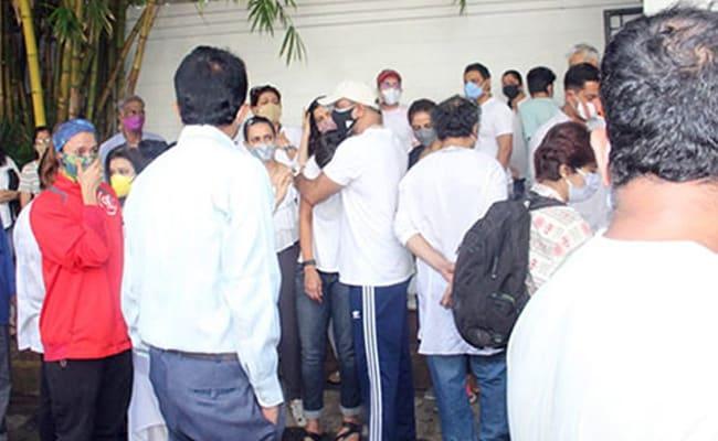 At Raj Kaushal's Funeral, Ronit Roy Hugs Mandira Bedi