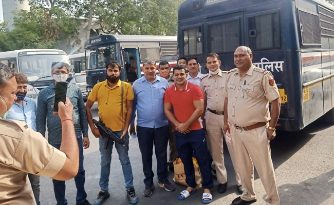 Masks Off, All Smiles - Police Photo Op With Murder Accused Sushil Kumar
