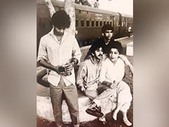"""Viral: A """"Truly Iconic"""" Vintage Pic Of Shah Rukh Khan With Co-Stars From His Theatre Days"""