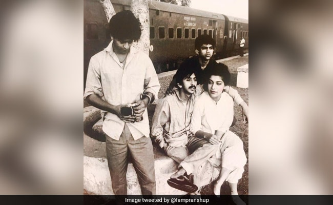 Viral: A 'Truly Iconic' Vintage Pic Of Shah Rukh Khan With Co-Stars From His Theatre Days