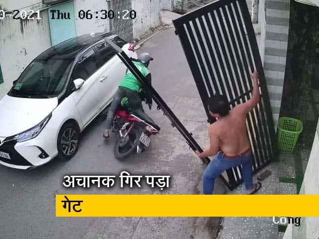 Video : स्कूटर से जा रहे शख्स पर गिरा दरवाजा, VIDEO में देखिए कैसे बचा