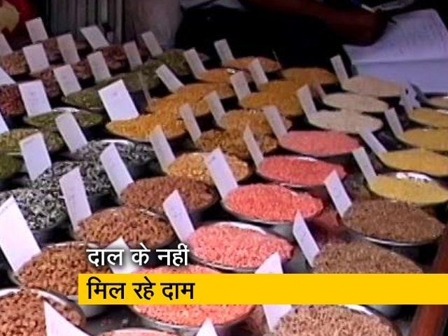 Video : उत्तर प्रदेश: मूंग की खरीद के लिए नहीं है केंद्र, कम कीमतों पर बेचने को मजूबर किसान