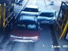 VIDEO: तेज रफ्तार कार हुई बेकाबू, टोल प्लाजा पर महिला और युवक को टक्कर मारकर केबिन में जा घुसी