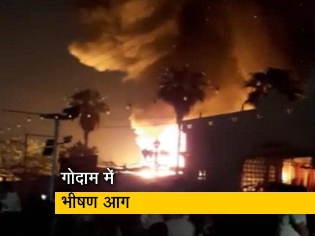 Videos : गाजियाबाद स्थित एक गोदाम में देर रात लगी भीषण आग, दो घायल