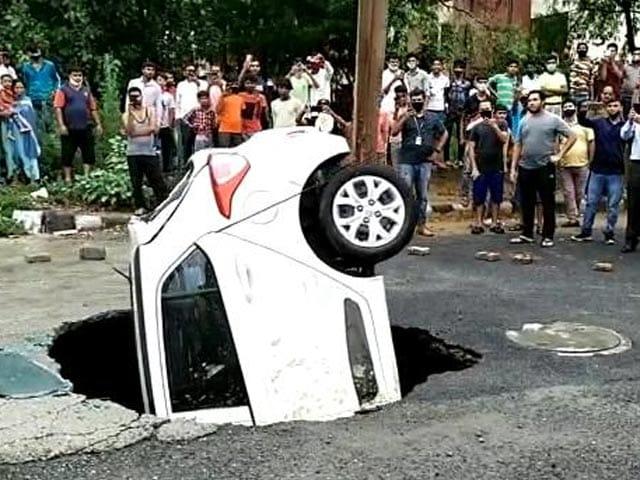 Video : Watch: Car Swallowed By Delhi Road In Monsoon
