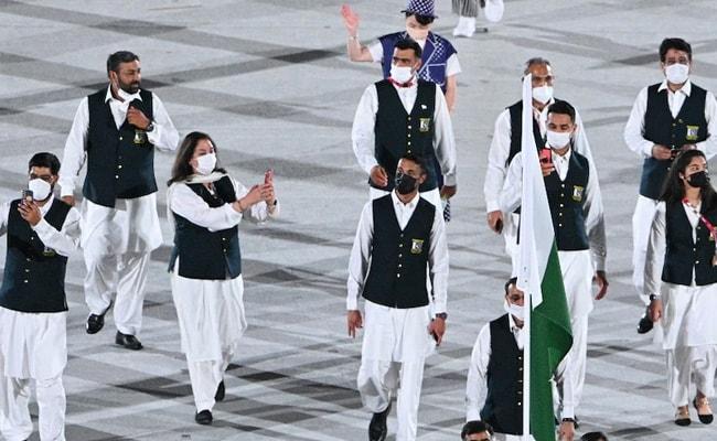 Tokyo Olympic ओपनिंग समारोह में कोरोना नियम की उड़ी धज्जियां, पाकिस्तानी दल के ध्वजवाहकों ने की ऐसी हरकत