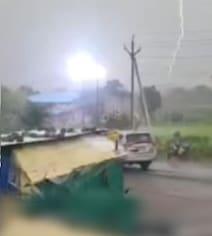 VIDEO: आसमान से खंबे पर गिरी जोरदार बिजली, रोंगटे खड़े करने वाला नजारा कैमरे में कैद