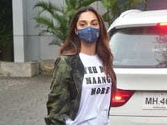 Trending: Kiara Advani's Airport Video Reminds The Internet Of A Scene From <I>MS Dhoni: The Untold Story</i>