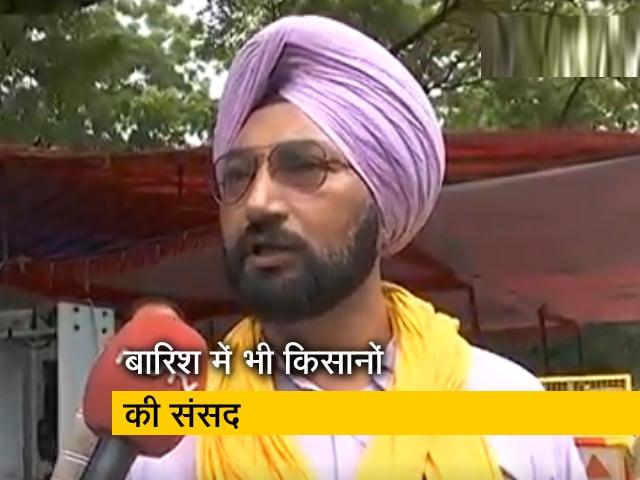Videos : बरसात के बीच जंतर-मंतर पर किसानों की संसद कैसे चल रही है? देखिए...