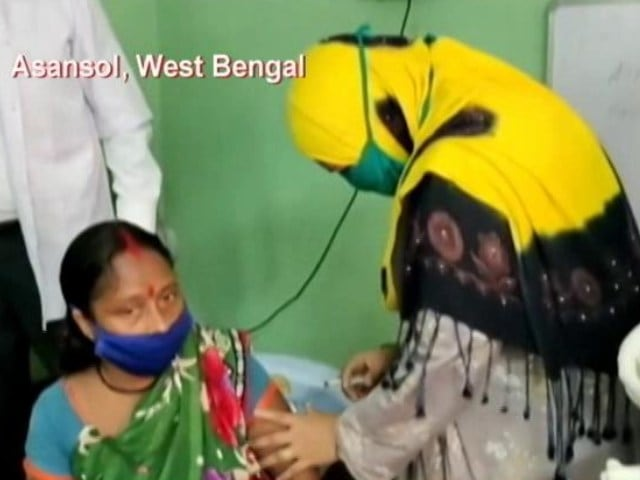 Video : Caught On Camera: Trinamool Councillor Gives Vaccine Dose; BJP Hits Out