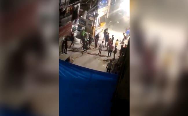 दुकान के बाहर लड़ रहे बदमाशों को रोकना पड़ा भारी, दुकानदार को पीटकर की लूटपाट, वारदात CCTV में कैद