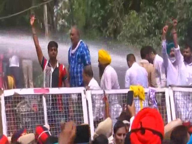 Video : Water Cannons Used On AAP Workers Protesting At Amarinder Singh's House