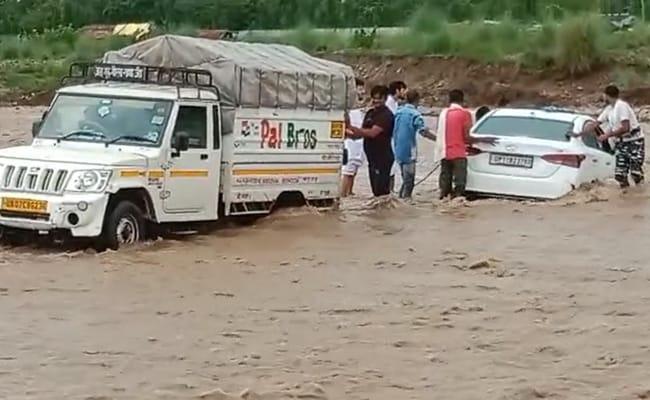 UP,सहारनपुर में पहाड़ी नदियां उफान पर तेज बहाव में फंसी कार