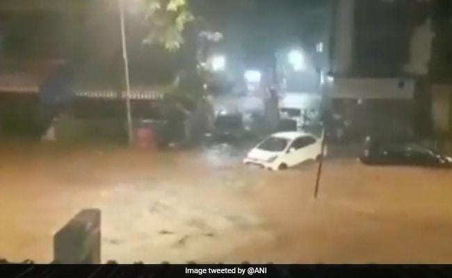Mumabi News: भारी बारिश से कई इलाकों में बाढ़ जैसे हालात, कई रेल लाइनें ठप, देखें-Video