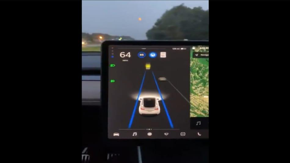 Tesla इलेक्ट्रिक कार का सेल्फ ड्राइविंग सिस्टम चांद को समझ बैठा ट्रैफिक लाइट, वीडियो देखें...
