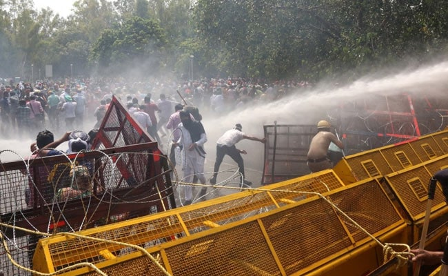 Photo of Water Cannons Used On Protesting Teachers Trying To Reach Amarinder Singh's House