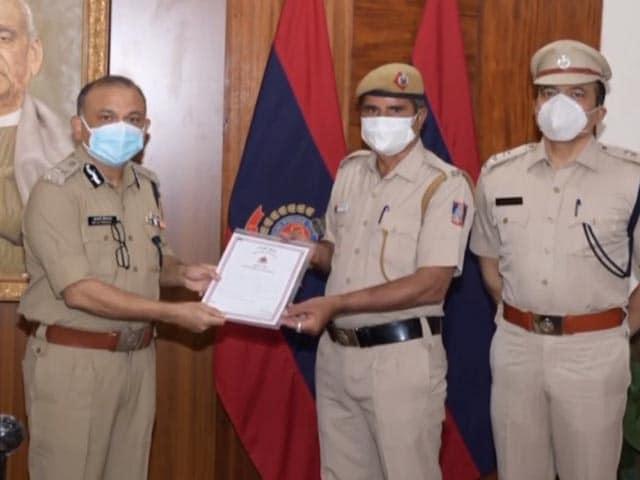 Video : Delhi Cop Honoured After He Helps Labourer Find Lost Bag With Rs. 1 Lakh Cash