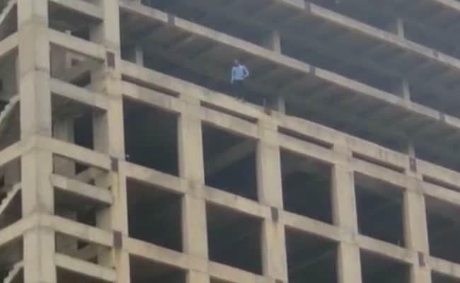 गर्लफ्रेंड को मनाने के लिए शोले अंदाज में इमारत की 12वीं मंजिल पर चढ़ा युवक,घंटों चला ड्रामा