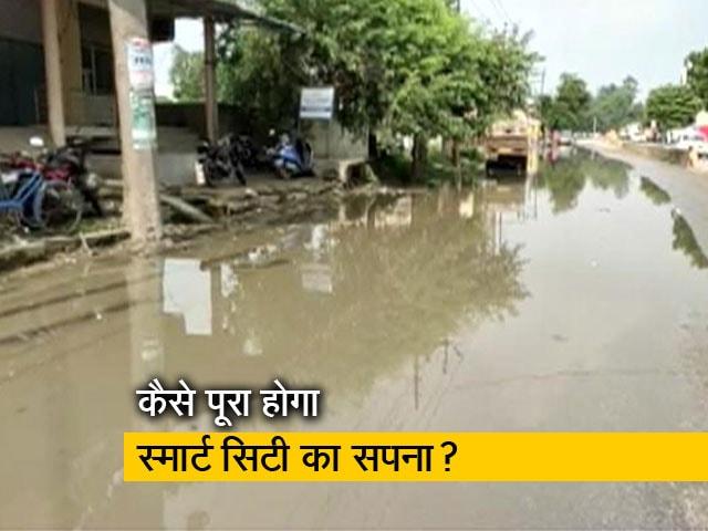 Video : वाराणसी : बहता सीवर का पानी, खुदी हुई सड़कें, पीएम कर चुके हैं करोड़ों की योजनाओं का ऐलान