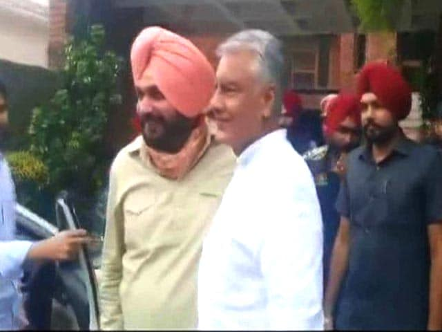 Video : Navjot Sidhu Meets Man He May Replace, Captain Meets Harish Rawat
