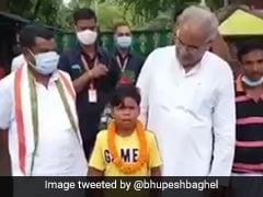 बचपन का प्यार...गाना गाकर इंटरनेट पर छाए सहदेव से मिले छत्तीसगढ़ के CM भूपेश बघेल, Video शेयर कर ऐसे की तारीफ