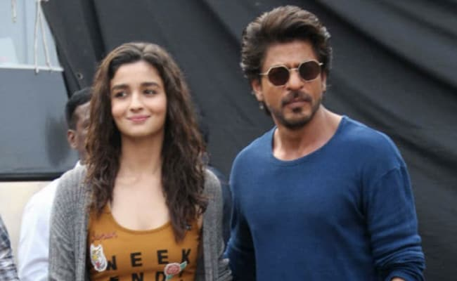 Darlings: Shah Rukh Khan Wants Alia Bhatt To 'Sign' Him For Her Next Production. Her Adorable Reply