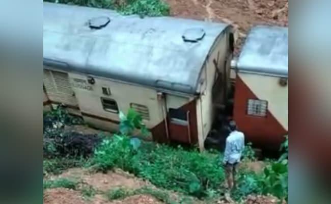 वीडियो: गोवा में भारी बारिश के बाद भूस्खलन की चपेट में आई ट्रेन पटरी से उतरी