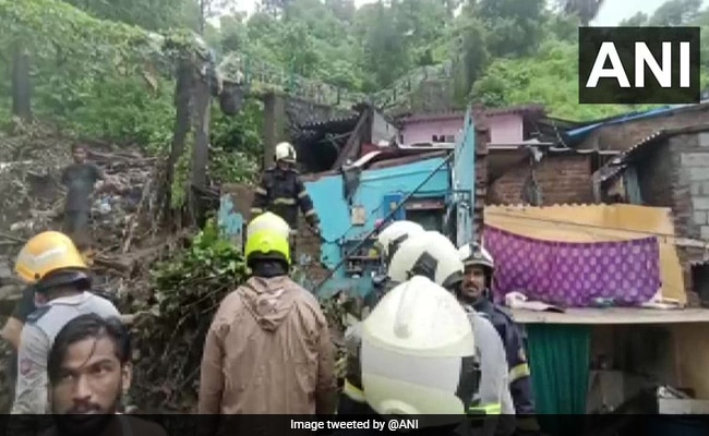 मुंबई में भारी बारिश के बीच मिट्टी धंसने से 10 की मौत, कई लोगों के दबे होने की आशंका