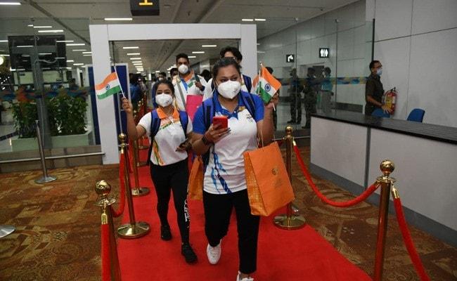 ओलंपिक में भाग लेने के लिए भारतीय एथलीटों का पहला जत्था टोक्यो रवाना