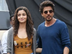 """<i>Darlings</i>: Shah Rukh Khan Wants Alia Bhatt To """"Sign"""" Him For Her Next Production. Her Adorable Reply"""